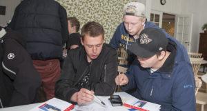 Viktor Samuelsson, Linus Kristiansson och Simon Sällberg testar att räkna fram en lön.