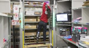 Robotar kör fram hylla efter hylla med varor till lagerarbetarna i olika arbetsstationer. Arbetarna växlar mellan att plocka och packa och att fylla på hyllplanen med produkter. Stundtals i slitsamma arbetsställningar. Den här skulle Arbetsmiljöverket säkert anmärka på.