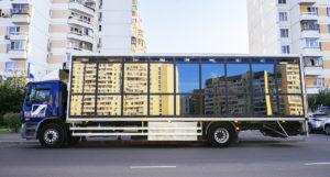 Föreställningen Cargo Moscow utspelar sig i en lastbil som kör runt i Moskva. Foto: Michal Vonotkov