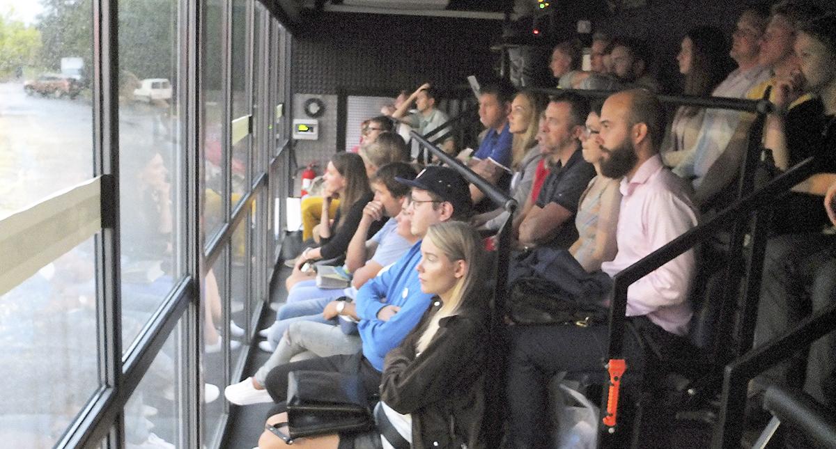 En av väggarna i trailern där publiken sitter är genomskinlig så publiken kan se ut. Foto: David Isaksson