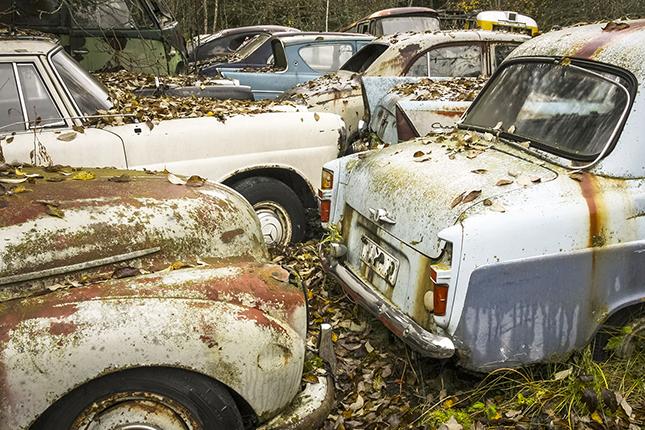 Bilvrak på bilkyrkogård i Uppland