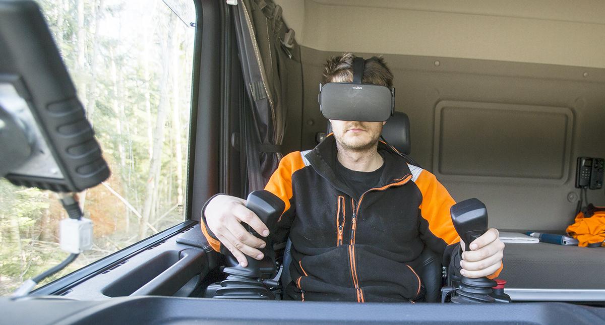 Mattias Ackesten med VR-glasögon bakom ratten