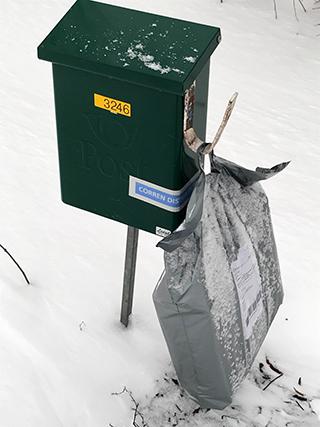 I Linköping delar buden ut nybakt surdegsbröd på rundan. Foto: Östgötamedia