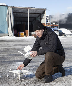 Med drönare kan tv-fotografen Simon Hellgren visa bärgningsjobbet lite grann från ovan också. Foto: Lena Blomquist