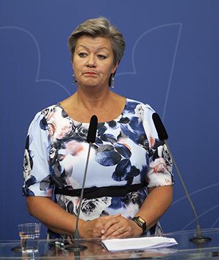 Tack, men nej tack! Ylva Johansson har tagit emot den statliga stridsåtgärdsutredningen, men kommer att lägga den i byrålådan och satsa på parternas förslag.