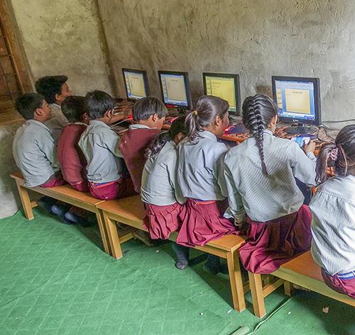 Frank Lillvik, dataundervisning i byskolan i Nepal.