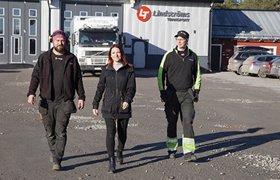 Lunchpromenad hos Lindströms: Micke Backström, mekaniker och chaufför, Ann Lendholm, personal- och driftchef, och skyddsombudet Joakim Rosén.
