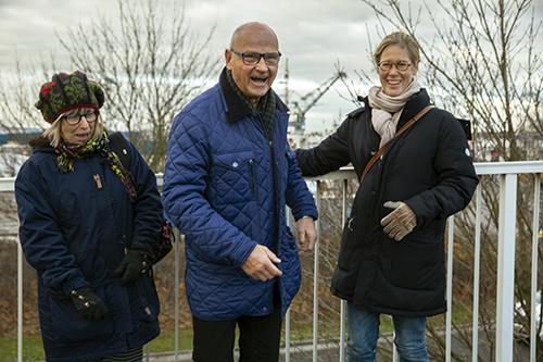 Med gemensamma krafter har de berättat, samlat in och dokumenterat livet i och kring hamnen. Etnologen Elisabeth Högdahl, pensionerade kranföraren Rolf Landin och kommunikationschefen Jessica Engvall.
