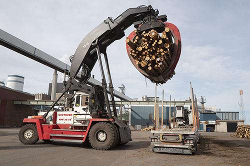 Mer och mer av skogstransporterna i Uppland går på lastbil, i stället för järnväg och båt, uppger chaufförer som Transportarbetaren pratat med.