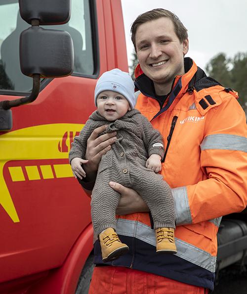 Oskar Westerholm kör bärgningsbil. Sonen Leonard, sex månader, hoppas att pappa kommer hem igen efter jobbet. Varje dag.