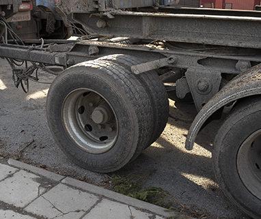En släpvagn som saknar två stänkskärmar används för timmertransporter till Holmens bruk i Hallstavik.