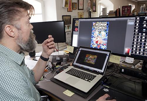 Jona Darnell vid skärmen