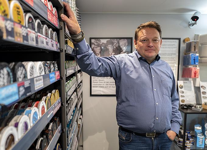 Bogge Bolstad visar det specialinredda snusrummet på Q-starmacken i Storuman.