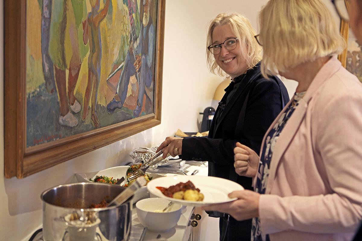 Alltid jättegott! tycker Annika Nilsson, kanslichef, om maten som bjuds till lunch i samband med att LO har styrelsemöte.