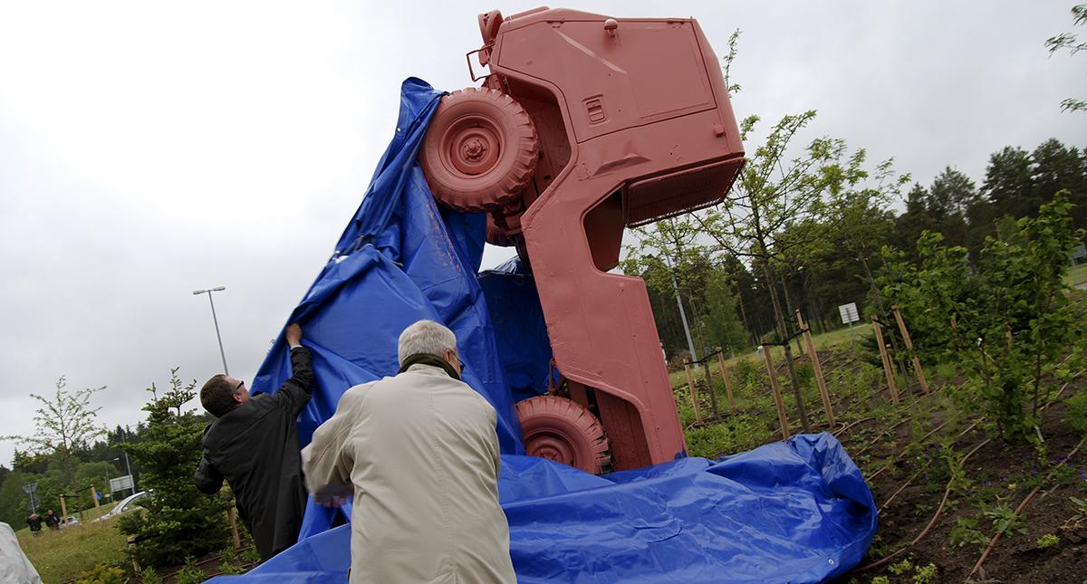 Tio år har gått sedan den rosa jeepen avtäcktes i Gävle. Många känslor har den väckt under det decenniet.